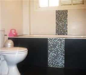 אמבטיה בשחור ולבן