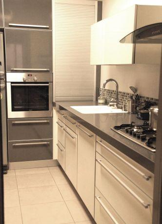 מטבח  מודרני מעוצב באפור ושמנת