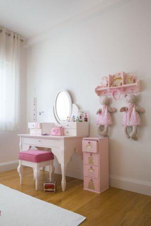 חדר ילדה מעוצב בורוד ולבן, שולחן איפור מוקפד.