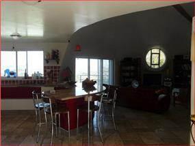 מבט מקיף אל המטבח, פינת האוכל והסלון בבית ברמת רזיאל. עיצוב: BS DESIGN