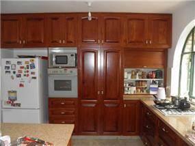 מטבח הכולל ארונות רבים לאחסון. עיצוב: BS DESIGN