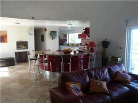מבט לעבר הסלון והמטבח בבית ברמת רזיאל. עיצוב: BS DESIGN