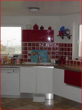מטבח בצבעי לבן ואדום. עיצוב: BS DESIGN