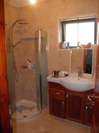 חדר אמבטיה בגוונים חמים. עיצוב: BS DESIGN