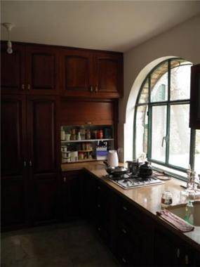 מטבח הכולל חלון עגול ודומיננטי. עיצוב: BS DESIGN