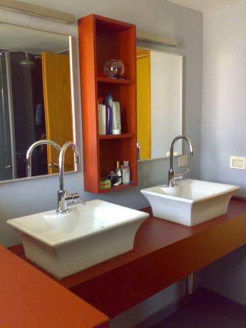 חדר אמבטיה מעוצב בסגנון מינימליסטי בצבעי אפור ובורדו
