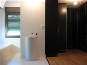 חדר אבטיה וארונות פתוח לסוויטת חדר השינה