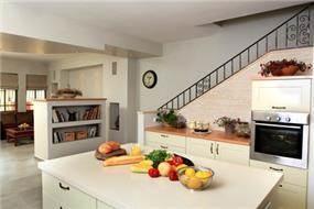 מטבח ומבט לסלון
