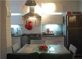 """מטבח ופינת אוכל בעיצוב סטודיו """"מסירה מיוחדת"""""""