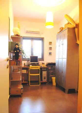 משרד ביתי בדירתו של מעצב חלונות ראווה