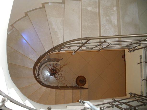 מבט על חלל המדרגות מעוגל, מעקה ברזל,