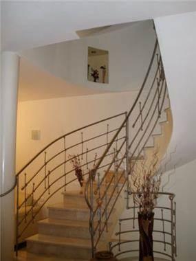 נישת גבס בחלל המדרגות מעוגל.