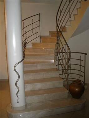 גרם מדרגות מעוגל בנויות מאבן, מעקה ברזל