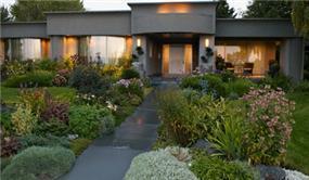 בית פרטי, חזית בית פרטי מטופח, גינה מעוצבת .