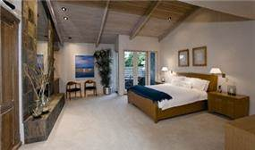 חדר שינה מרווח, סגנון כפרי, חלל גדול, קורות עץ בתקרה.