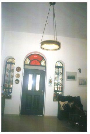 שיפוץ בית ישן בעמק רפאים, ירושלים, בית בסגנון עתיק, קלאסי, שילובי ויטראז'ים , חלונות ודלת כניסה מעוגלים.בחלונות