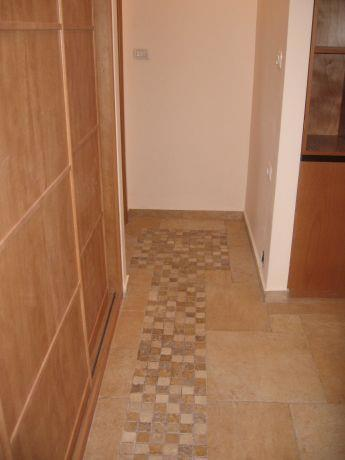 מבואת כניסה, רצפה משולבת , רצפת אבן משולבת בפסיפס אבנים קטנות, בגוון טבעי.