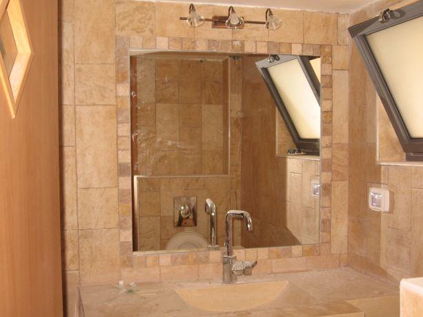 עיצוב חדר אמבטיה, חיפוי אבן, ברז ניקל,מראה עם מסגרת אבן,