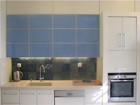 מטבח מעוצב בסגנון צעיר, שילוב צבעים כחול ולבן