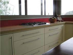 מטבח מורני, קו נקי ומינימליסטי, מטבח לבן עם חיפוי קיר אדום,