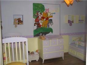 חדר ילדים, מעוצב בסגנון צעיר בגווני סגול, ציור קיר, רצפת פרקט.