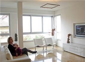 דירה בגבעתיים, סלון מודרני, מינימליסטי בצבע לבן, ריצוף מבריק