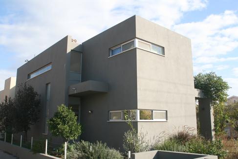 בית בכרכור, חזית בית , עיצוב מינימליסטי, מודרני, גווני האפור, חלונות צרים וארוכים.