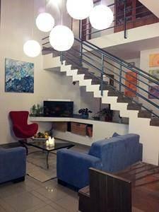חלל חדר מגורים בעיצוב מודרני בתכנון מגי סולומון אומנות הסטיילינג