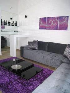 סלון בקו מודרני עם צבעים משלימים בעיצוב ותכנון של מגי סולומון - אומנות הסטיילינג