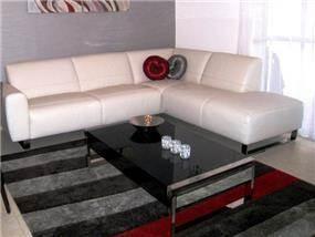 סלון בסגנון מודרני המשלב גווני אפור,שחור,אדום ושמנת. עיצוב: מגי- אומנות הסטיילינג לבית