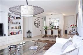 דירה ברמת אביב המשלבת מגוון חומרי גלם וצבעים. עיצוב של אורית כוכבי