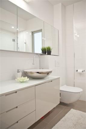חדר אמבטיה מעוצב בסגנון נקי ומודרני, אורית כוכבי