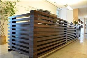 משרדי המבורגר עברון עו''ד בתכנון אנדרמן אדריכלים,דלפק קבלה מעוצב עם קורות עץ .