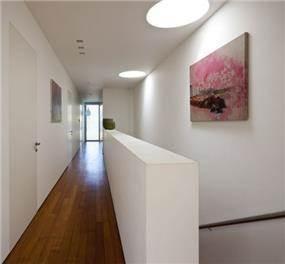 מסדרון המוביל חדרי שינה בתכנון האדריכל יואב אנדרמן