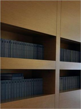 """משרדי המבורגר עברון עו""""ד בתכנון אנדרמן אדריכלים, ספרית ספרים מעוצבת מעץ."""
