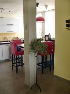 מטבח בדירה משופצת בתל אביב בסגנון מודרני עם זריקות צבע. עיצוב של חגית ג'ייקובס