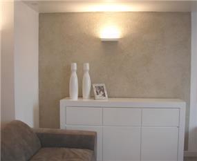 נישה בסלון מגורים שעוצבה בסגנון מינימליסטי ונגיעות של צבע חם. עיצוב של חגית ג'ייקובס