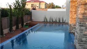 בריכה בחצר הבית בעיצוב האדריכל דרור נח