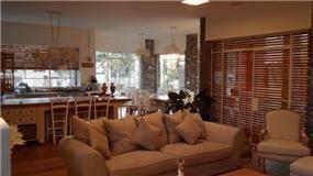 מבט אל הסלון והמטבח בעיצוב האדריכל דרור נח