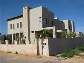 בית מגורים דו-משפחתי בהוד השרון ממוקם באזור המערבי של הישוב, כל בית יושב על שטח של 360 מר'. המבנה מאופיין בחללים גבוהים ופתוחים ובנוי על חצאי מפלסים כך שכל חלל מתקשר עם משנהו. קומת מרתף ושתי קומות מגו