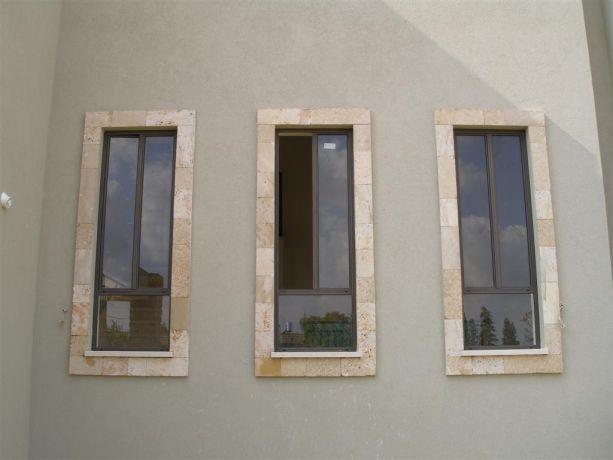 חלונות עם מסגרות אבן