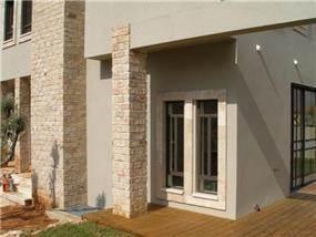 מראה חוץ על חלק מחזית וגינת הבית