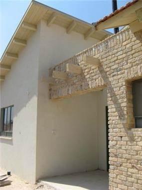 חזית בית בסגנון כפרי עם שילוב בריקים-אדריכלית, שגית גולדשמידט
