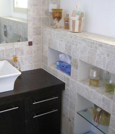 חדר אמבטיה ליחידת הורים,חיפוי קיר מאבן, נישות-אדר' שגית גולדשמידט