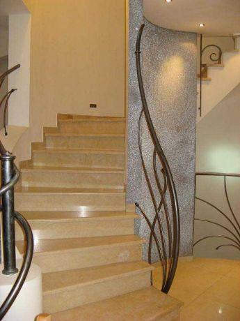 חלל כניסה הכולל גרם מדרגות בקווים עגולים-אדר' שגית גולדשמידט