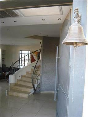 גרם מדרגות פיסולי- מבט מהכניסה-אדר' שגית גולדשמידט