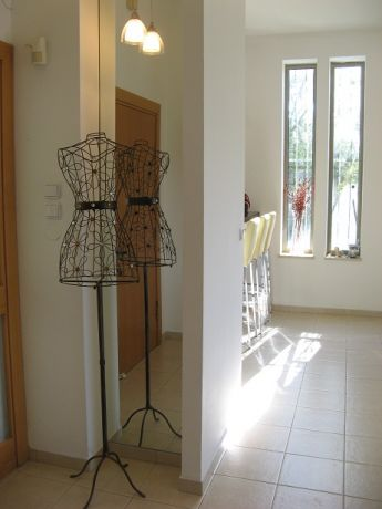 מבואה לבית מגורים, מבט לדלפק במטבח-אדריכלית שגית גולדשמידט