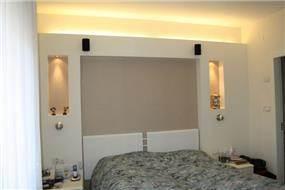עיצוב חדר שינה בסגנון מודרני הכולל נישות גבס ונורות לד. אילנה וייס [רבינא וייס הלוי אדריכלים]
