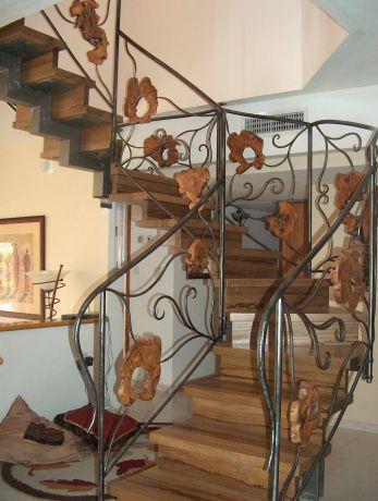 מדרגות הממוקמות במרכז הבית יוצרות פסל סביבתי