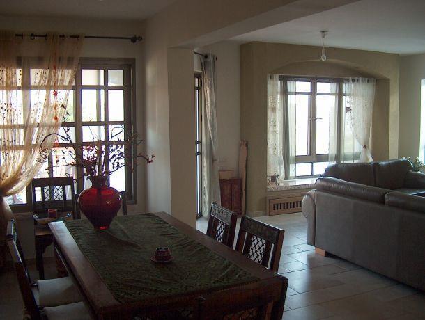 פינת אוכל וסלון בסגנון כפרי וחם.